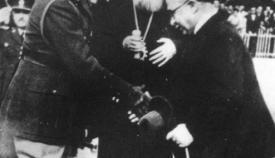 Οι ηγέτες του Έθνους το 1940: Βασιλεύς Γεώργιος Β', Αρχιεπίσκοπος Χρύσανθος, Ιωάννης Μεταξάς.