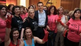 Ο Αλέξης Τσίπρας με τις ημιαπασχολούμενες καθαρίστριες των 1.100 ευρώ μηνιαίως.