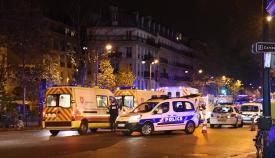 Σκηνή από τους δρόμους του Παρισιού μετά την πολύνεκρη τρομοκρατική επίθεση της 13ης Νοεμβρίου 2015.