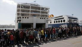 Μία συνηθισμένη ημέρα στο λιμάνι του Πειραιά επί κυβερνήσεως Τσίπρα.