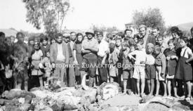 Οι δολοφόνοι του ΕΑΜ ποζάρουν με μικρά παιδιά πάνω από τα πτώματα του λυντσαρίσματος της 17ης Σεπτεμβρίου 1944 στην Καλαμάτα.