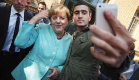 Η Άνγκελα Μέρκελ φωτογραφίζεται με μουσουλμάνο «πρόσφυγα»