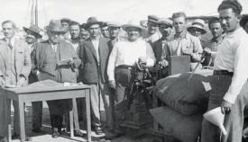 Ρωσικά σιτηρά ζυγίζονται στο λιμάνι του Ναυπλίου υπό τον έλεγχο του πρωθυπουργού Ιωάννη Μεταξά.