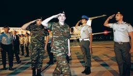 Ο Άγγελος Μητρετώδης και ο Δημήτρης Κούκλατζης κατά την υποδοχή τους με άγημα μετά την απελευθέρωσή τους από την Τουρκία.