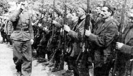 Μονάδα Τσάμηδων παρουσιάζει όπλα σε Γερμανό αξιωματικό κατά την διάρκεια της Κατοχής.