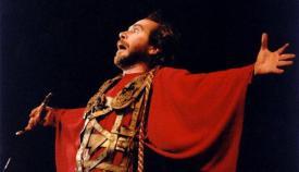 Ο Γρηγόρης Βαλτινός στην παράσταση του «Χρονικού της Αλώσεως» στον Μυστρά το 2007.