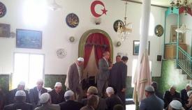 Εικόνα από το εσωτερικό του τζαμιού όπου βρέθηκαν τα όπλα. Η τουρκική ημισέληνος με το αστέρι δεσπόζει.