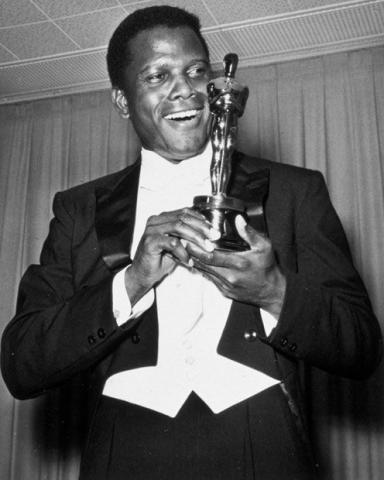 Ο σερ Σίντνεϊ Πουατιέ υπήρξε ο πρώτος μαύρος ηθοποιός του Χόλυγουντ που κέρδισε Όσκαρ Α' Ανδρικού Ρόλου.
