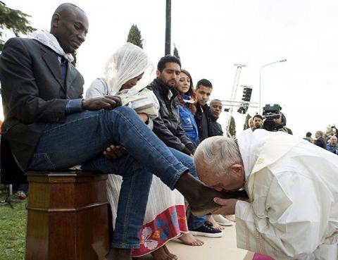 Ο πάπας Φραγκίσκος φιλάει τα πόδια Αφρικανών και Ασιατών μεταναστών.
