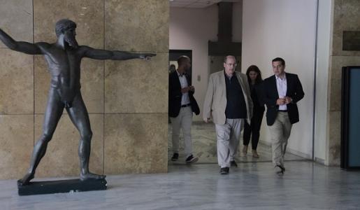 Ο Νίκος Φίλης και ο Αλέξης Τσίπρας σε απόσταση αναπνοής από τον Κεραύνιο Δία.