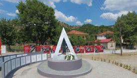 Μνημεία του ΚΚΕ για τον ΔΣΕ ξεφυτρώνουν σε κάθε γωνιά της πατρίδας μας.