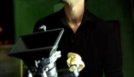 Ο Ρένος Χαραλαμπίδης σκηνοθετώντας τα «Φθηνά Τσιγάρα».