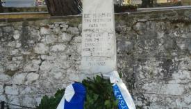 08.01.2017: Τα δάφνινα στεφάνια μετά την λήξη της κατάθεσης στο μνημείο.