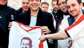 Ο Αλέξης Τσίπρας με την φανέλα του Ούγκο Τσάβες.